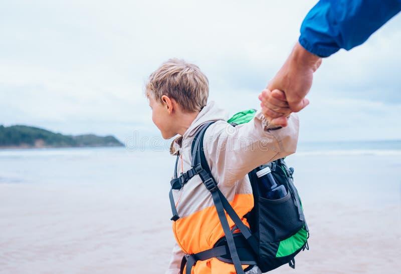Le garçon prend ses mains de père Image active de concept de vacances de famille image libre de droits