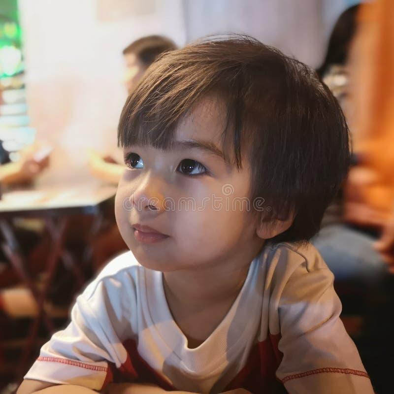 Le garçon regarde quelque chose image libre de droits