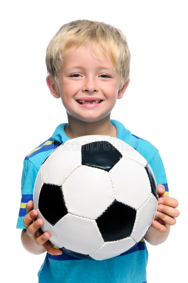 Le garçon retient la bille de football images stock