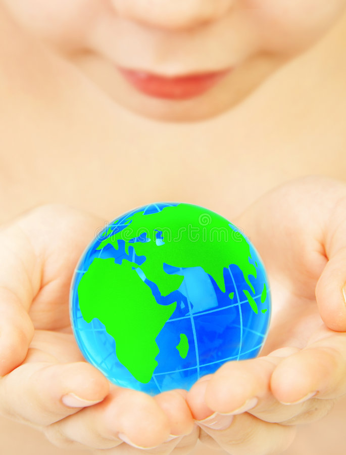 Le garçon retient le globe dans des mains photographie stock libre de droits