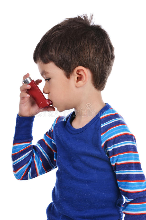 Le garçon s'inhale photo libre de droits