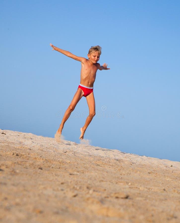 Le garçon saute image libre de droits