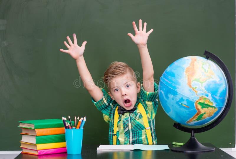 Le garçon se livre à la classe photos stock