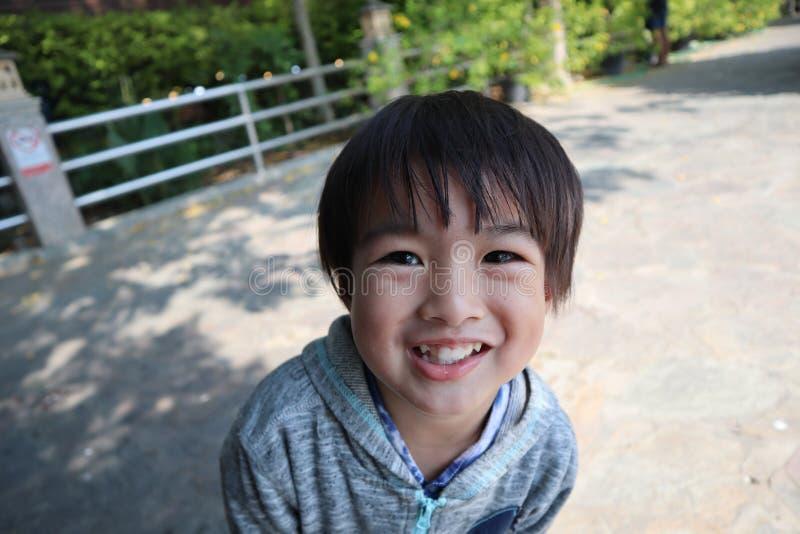 Le garçon a souri brillamment photos stock