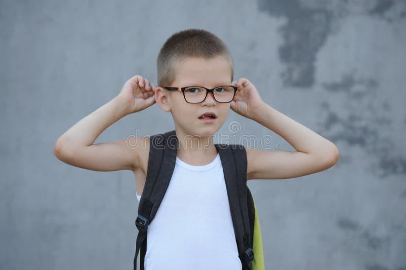Le garçon supérieur dans une famille nombreuse va à l'école et montre ses dessins photos libres de droits