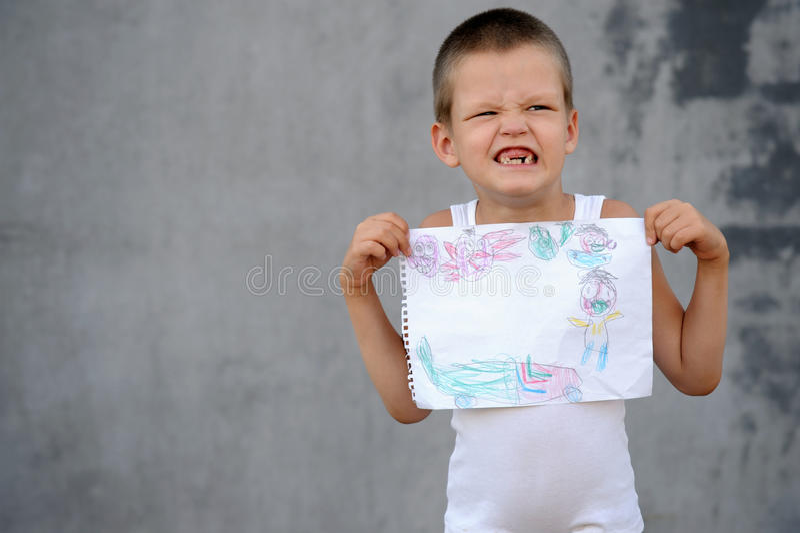 Le garçon supérieur dans une famille nombreuse va à l'école et montre ses dessins et image libre de droits
