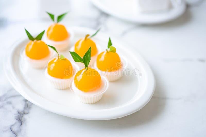 Le gelatine arancioni sono decorate su un piatto di caratteristiche arancioni Ha un sapore dolce e acido fotografie stock libere da diritti