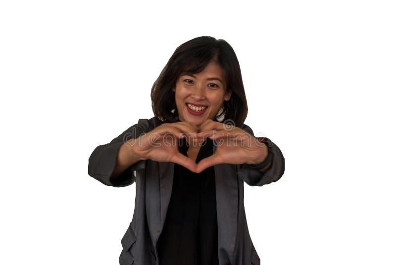 Le genre des hommes d'affaires féminins crée des coeurs avec ses mains photo libre de droits
