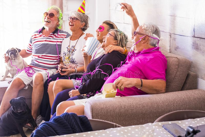 Le gentil groupe de personnes heureux grands-pères d'âges de grande famille différents et le neveu apprécient des temps drôles de photo libre de droits
