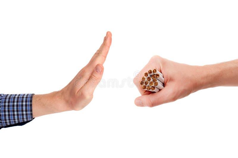 Le geste des ordures que l'offre des cigarettes traitent en lots image libre de droits