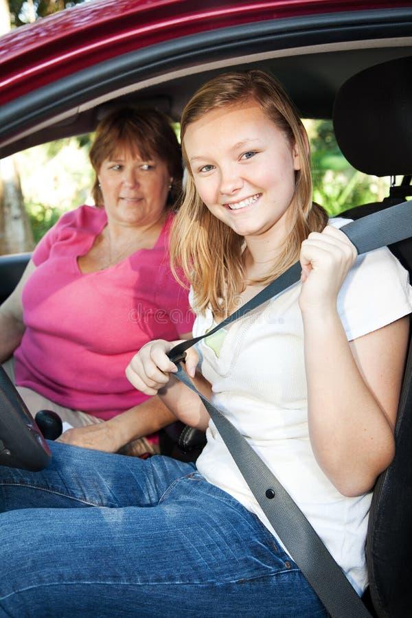 Le gestionnaire d'adolescent attache la ceinture de sécurité photographie stock