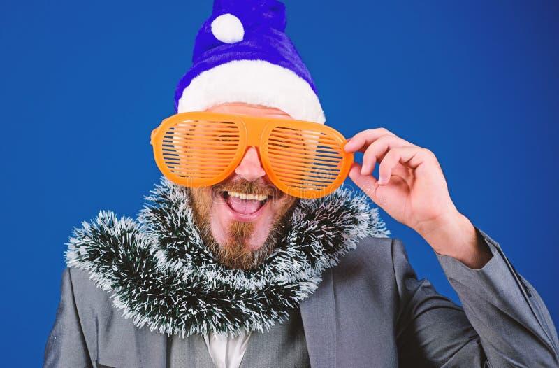 Le gestionnaire est prêt à célébrer le nouvel an Bureau de la fête de Noël Les idées de fêtes d'entreprise que les employés aimer photo libre de droits