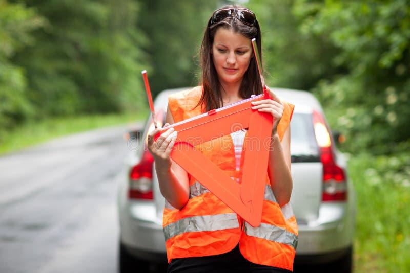 Le gestionnaire femelle après son véhicule a décomposé photo libre de droits