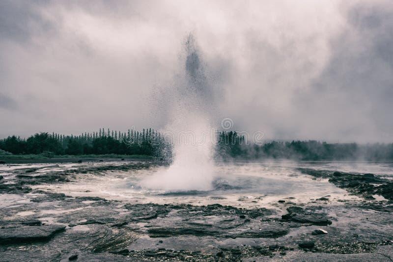 Le geyser magnifique de Strokkur éclate la fontaine de l'eau, région géothermique de Haukadalur, Islande photos libres de droits