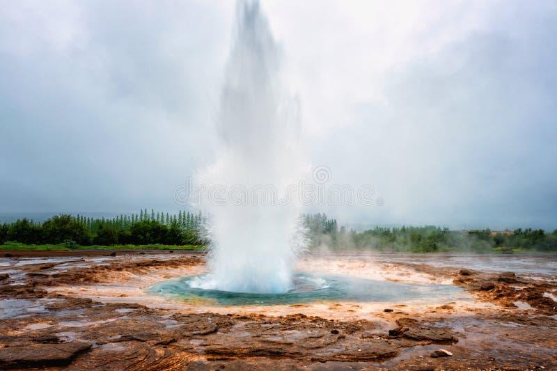 Le geyser magnifique de Strokkur éclate la fontaine de l'eau, région géothermique de Haukadalur, Islande image libre de droits