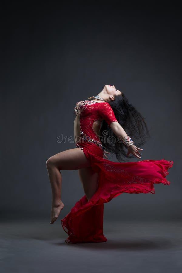 Le Giovani Belle Donne Orientali Esotiche Esegue La Danza ...
