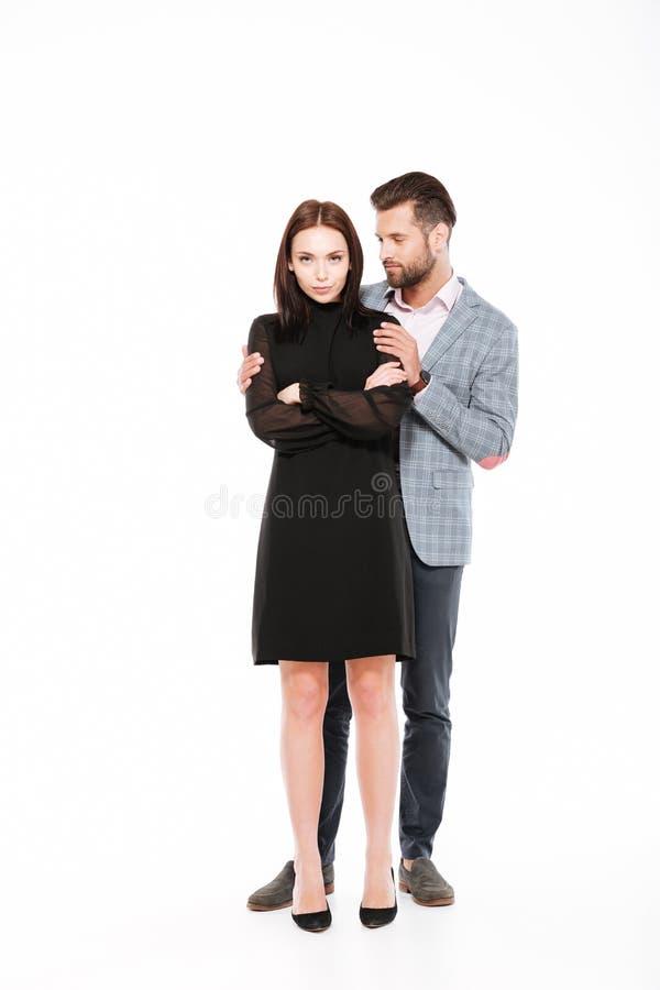 Le giovani coppie amorose offensive giurano isolato immagini stock