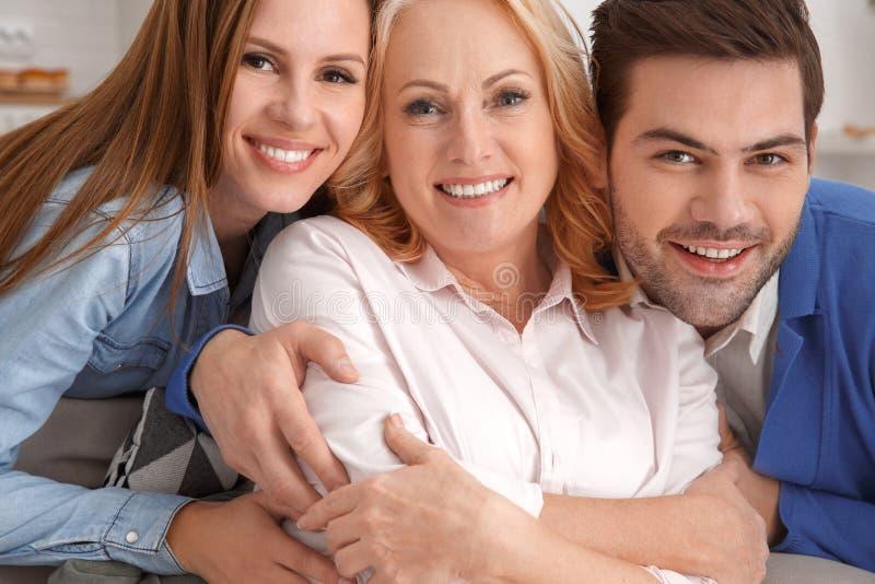 Le giovani coppie con la suocera a casa weekend il ritratto della famiglia immagini stock