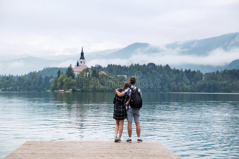 Le giovani coppie dei turisti nell'amore sul lago hanno sanguinato, la Slovenia fotografie stock libere da diritti