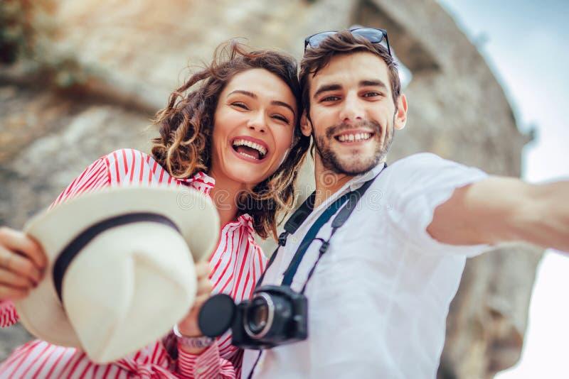 Le giovani coppie felici fanno insieme il selfie immagine stock libera da diritti