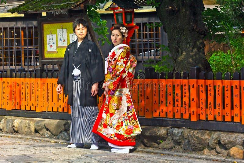 Le giovani coppie giapponesi non identificate si sono vestite in kimono convenzionale fotografia stock