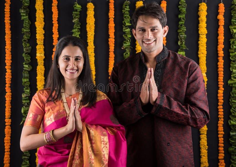 Le giovani coppie maharashtrian indiane nell'usura tradizionale in namaskara posano fotografia stock libera da diritti