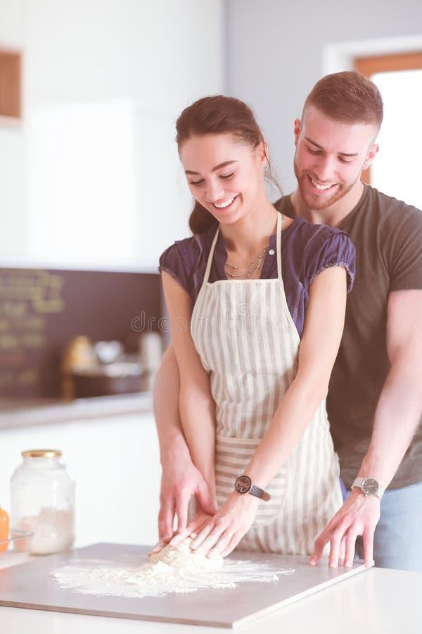 Le giovani coppie pronte agglutinano la condizione nella cucina immagini stock libere da diritti