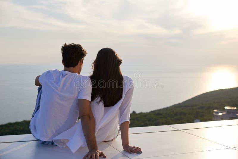Le giovani coppie romantiche felici si divertono e si rilassano a casa immagine stock libera da diritti