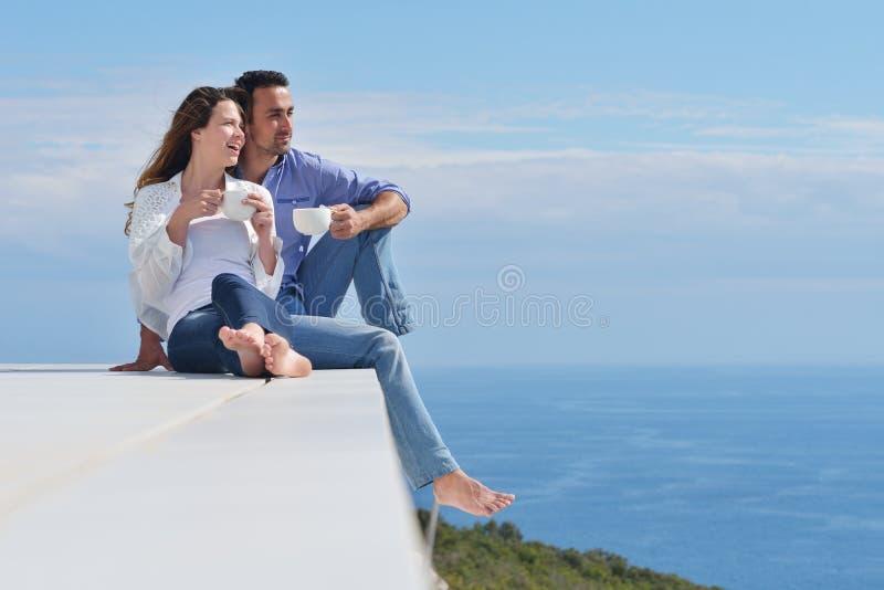Le giovani coppie romantiche felici si divertono si rilassano fotografia stock libera da diritti