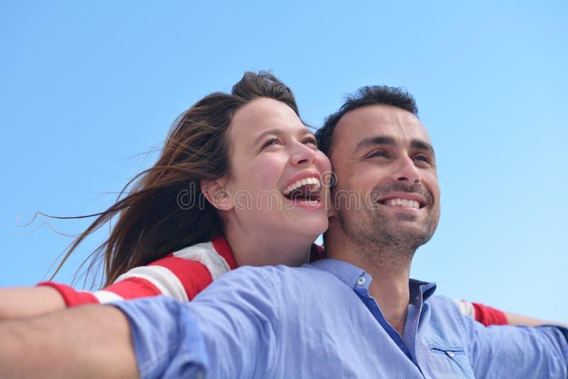 Le giovani coppie romantiche felici si divertono si rilassano immagini stock libere da diritti