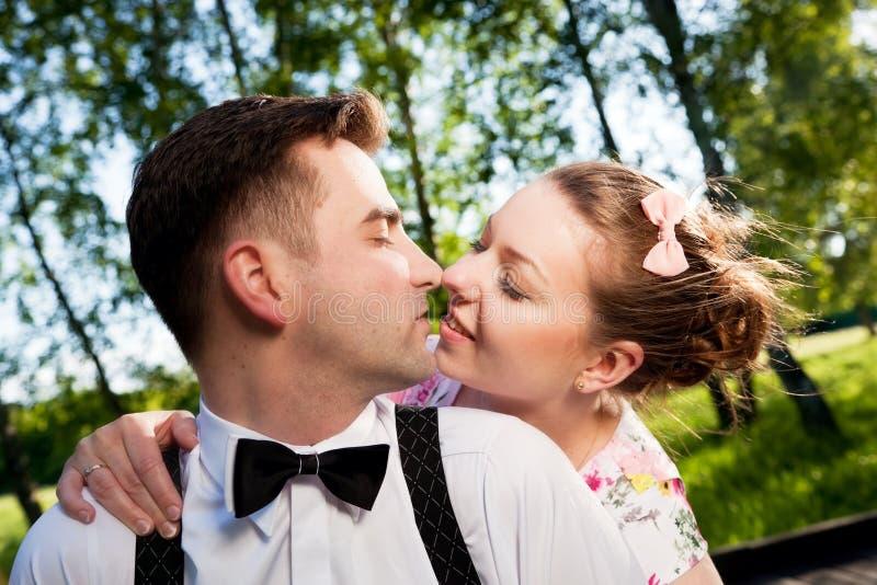 Le giovani coppie romantiche nell'amore che flirta di estate parcheggiano immagine stock