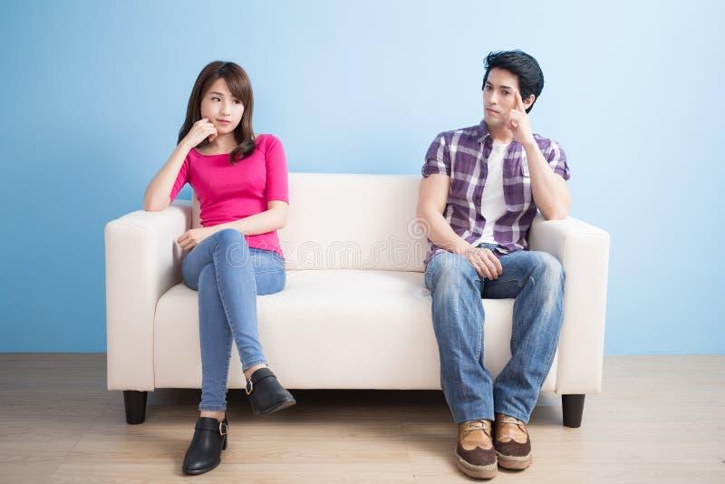 Le giovani coppie si sentono cattive fotografie stock
