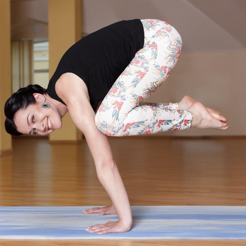 Le giovani donne fanno l'yoga all'interno immagini stock libere da diritti