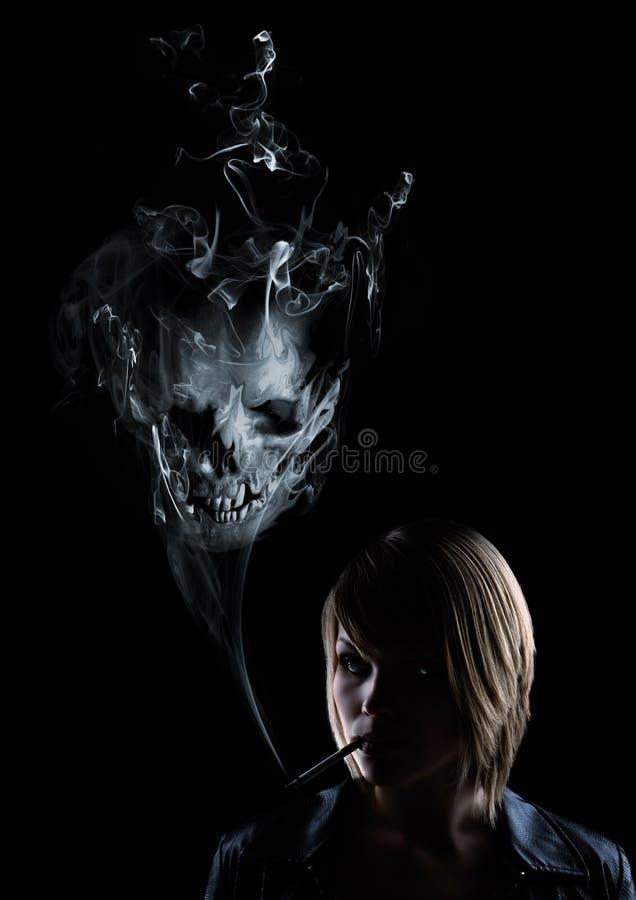 Le giovani donne fuma, nel fumo compare un cranio illustrazione di stock
