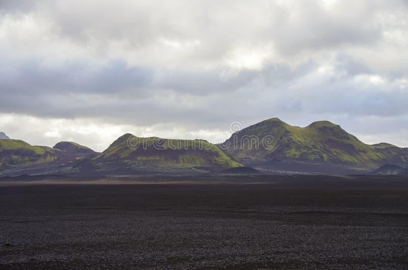 Le gisement de lave couvert par les cendres noires avant mousse a couvert v volcanique photo stock