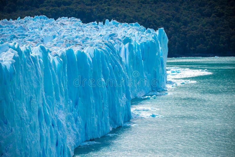 Le glacier bleu se lève au-dessus de l'eau Shevelev photos stock
