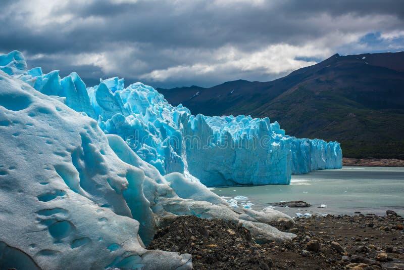 Le glacier bleu sort dans l'eau Shevelev photos stock