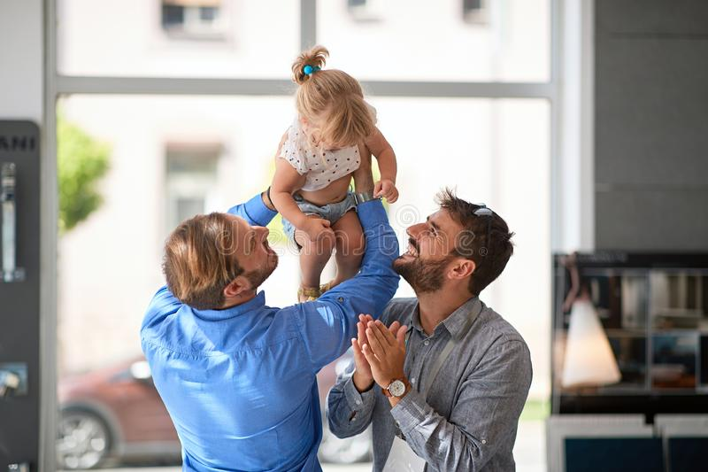 Le glade par med barnet royaltyfri foto