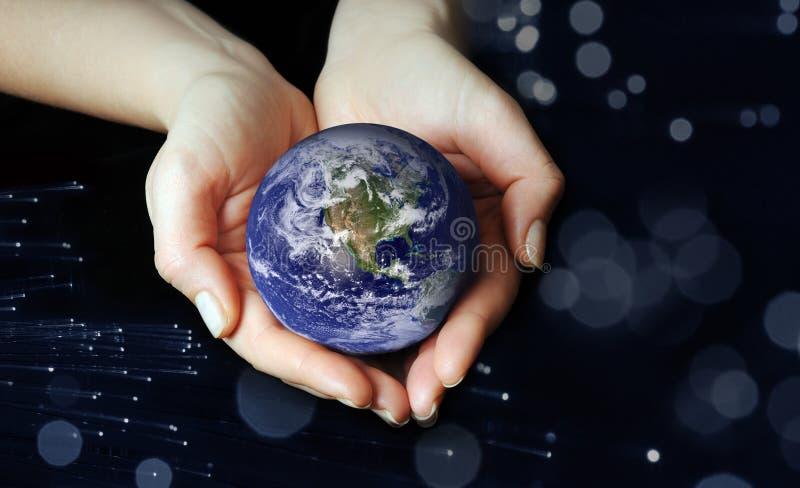 Le globe dans des mains images stock