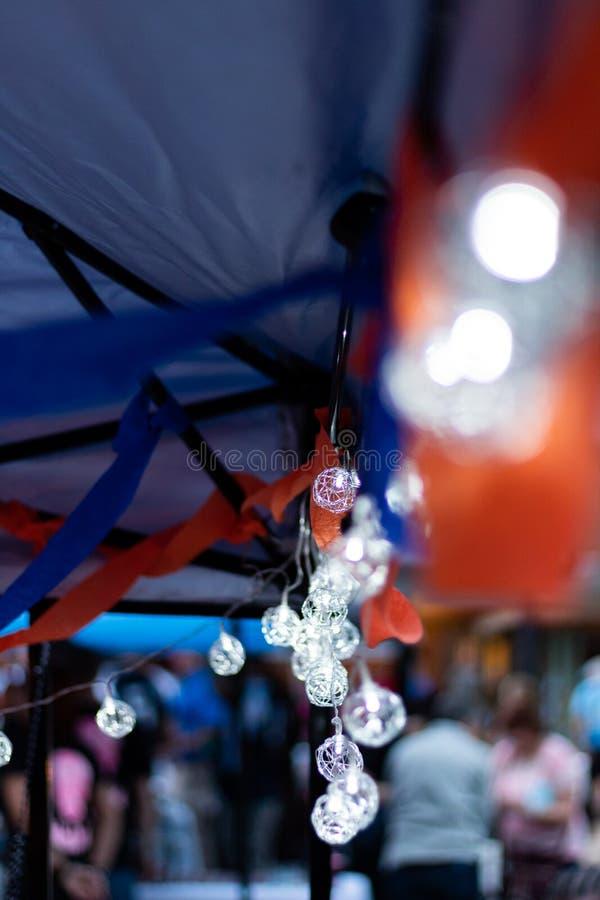 Le globe de fil de LED rougeoie doucement pendant d'une tente photos libres de droits