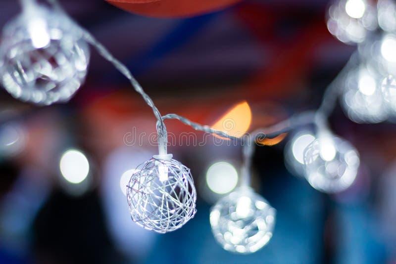 Le globe de fil de LED rougeoie doucement sur un fond bleu et rouge photographie stock libre de droits