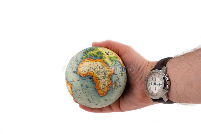 Le globe de la terre avec le continent Afrique dans une main humaine et la montre montre le grand temps photographie stock
