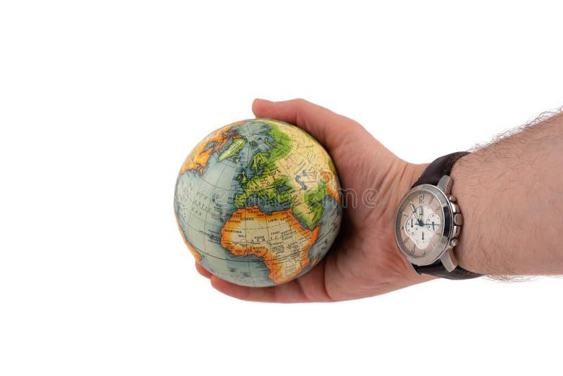 Le globe de la terre montre que le continent l'Europe dans une main humaine et la montre montre le grand temps image libre de droits
