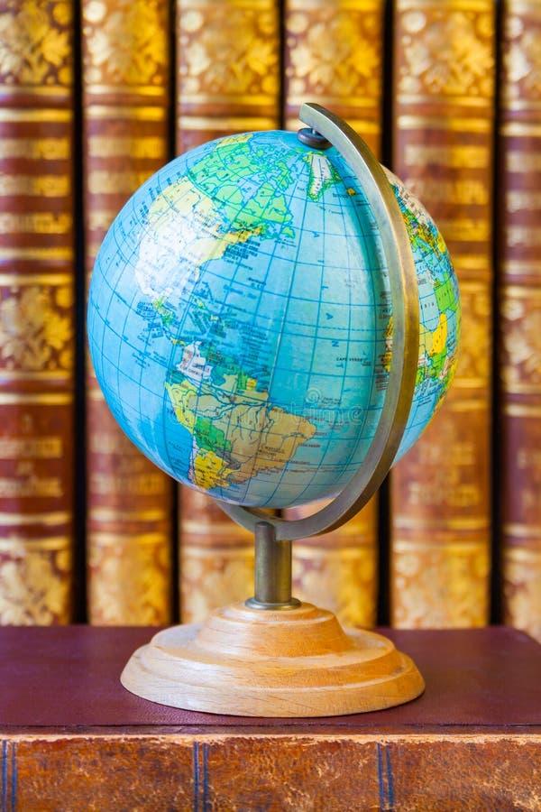 Le globe sur le fond de la pile du vintage réserve photos libres de droits