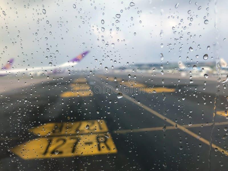 Le gocce di pioggia sul vetro fotografia stock