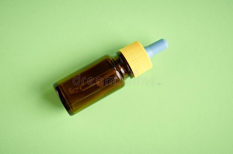Le gocce nasali imbottigliano la composizione, fondo di vetro di verde bottiglia fotografia stock libera da diritti
