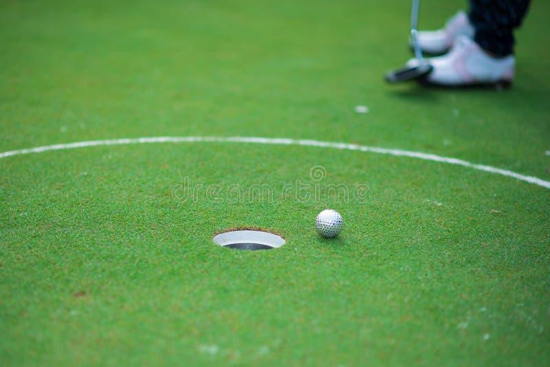 Le golfeur frappe un fairway tiré vers la maison de club photos stock