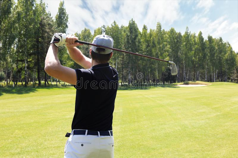 Le golfeur frappe un fairway tir? vers la maison de club photo libre de droits