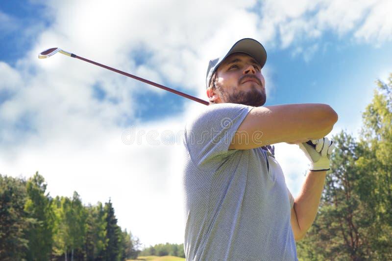 Le golfeur frappe un fairway tir? vers la maison de club photos stock