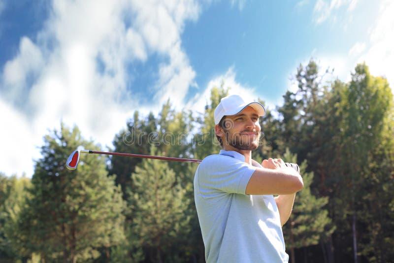 Le golfeur frappe un fairway tir? vers la maison de club image stock